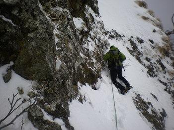 スラブ帯の雪壁を右トラバース