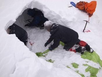 雪洞作成中