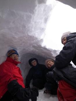 雪洞内側から